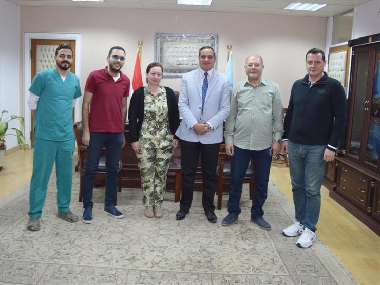 كلية الطب البشرى بسوهاج : خبير أجنبي يجري عددًا من الجراحات الميكروسكوبية